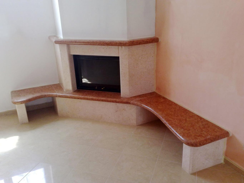 Caminetto in pietra e marmo rosso